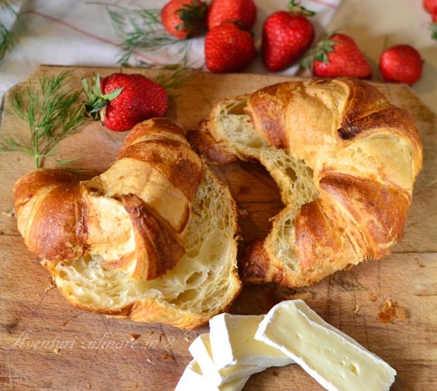 Croissant, brie si capsuni