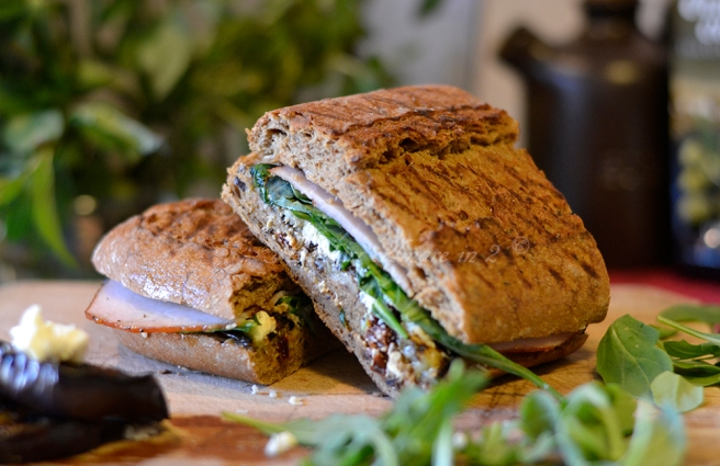 Sandwich cu vinete, sunca de curcan si rucola