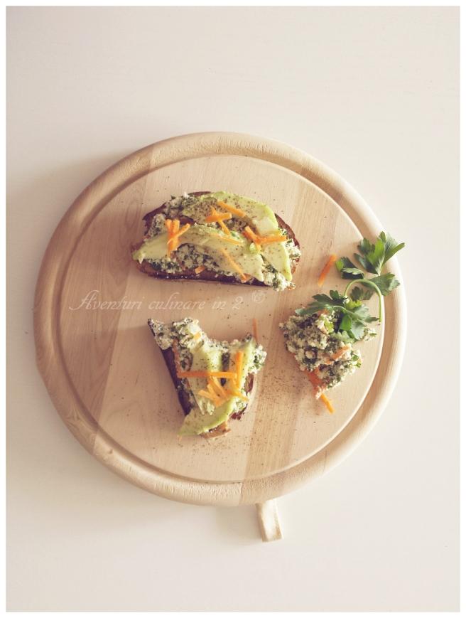 Toast cu branza de capra, avocado si morcovi