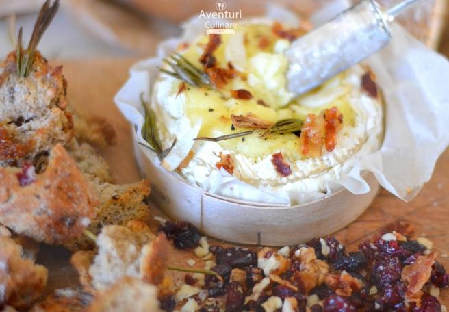 Camembert copt cu rozmarin si usturoi
